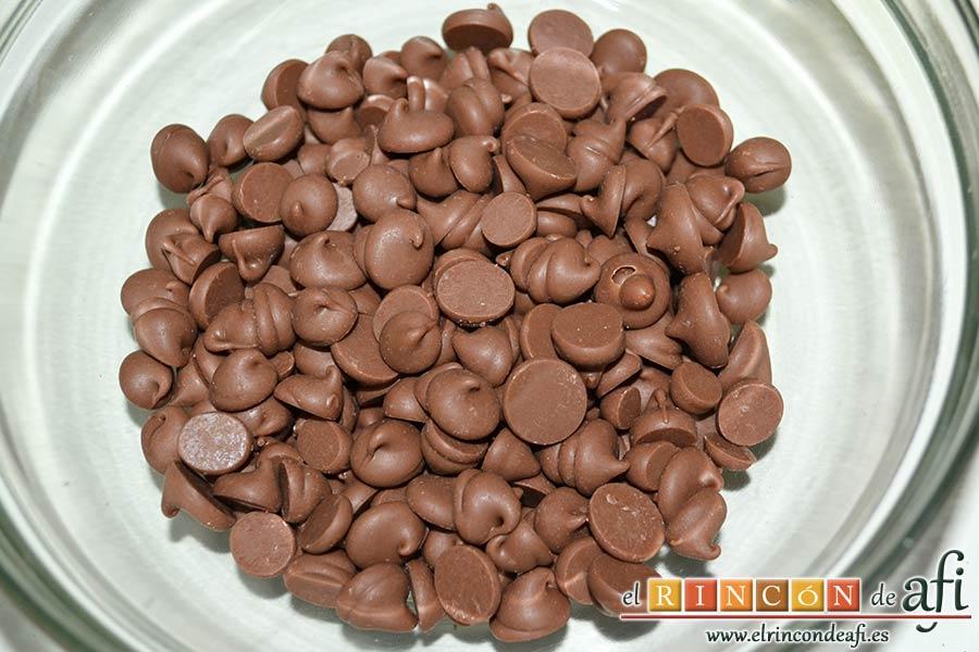 Trufas de chocolate con cobertura de chocolate, poner en un bol las chispas de chocolate