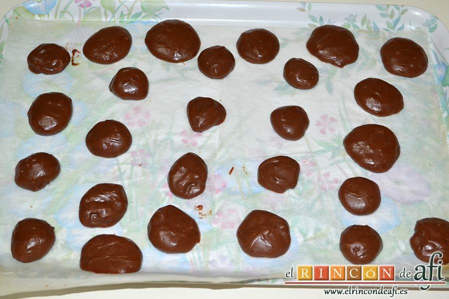 Trufas de chocolate con cobertura de chocolate, dejar atemperar y formar porciones con una manga pastelera