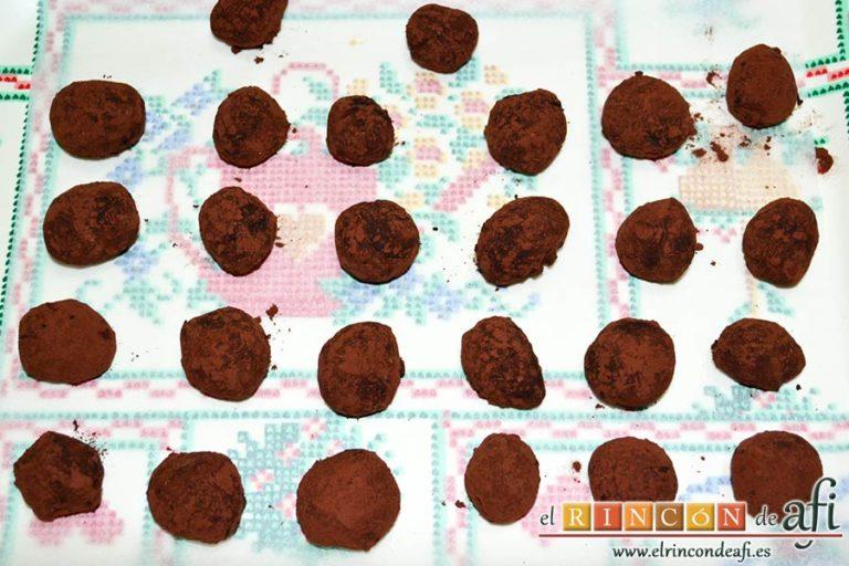 Trufas de chocolate con cobertura de chocolate, poner las trufas sobre papel de hornear