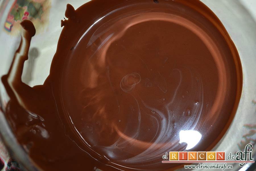 Trufas de chocolate con cobertura de chocolate, derretir al baño María con la manteca de cerdo