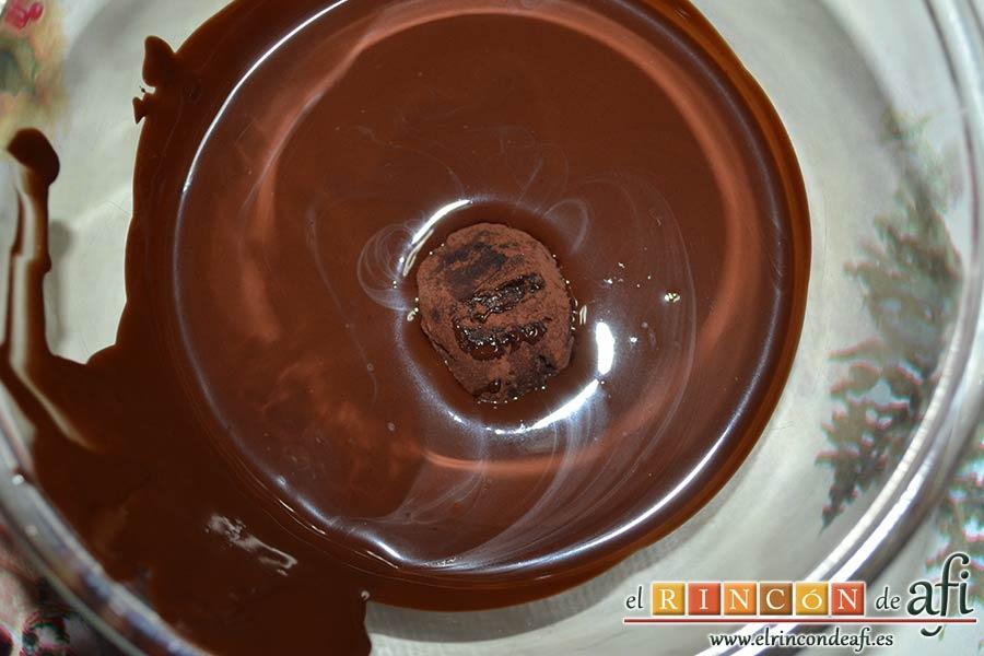 Trufas de chocolate con cobertura de chocolate, pasar las trufas una a una por el chocolate