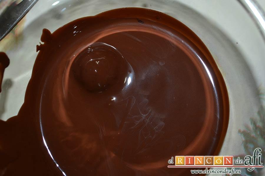 Trufas de chocolate con cobertura de chocolate, cubrirlas por completo con el chocolate