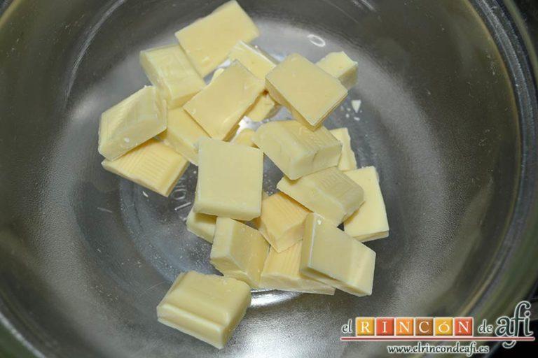 Trufas de chocolate con cobertura de chocolate, trocear el chocolate blanco en un bol