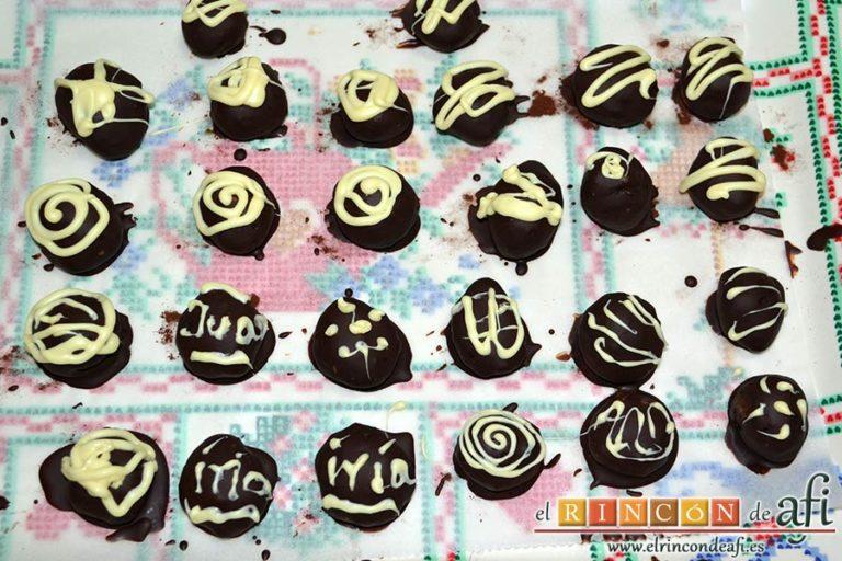 Trufas de chocolate con cobertura de chocolate, ponerlo en una manga pastelera y decorar las trufas