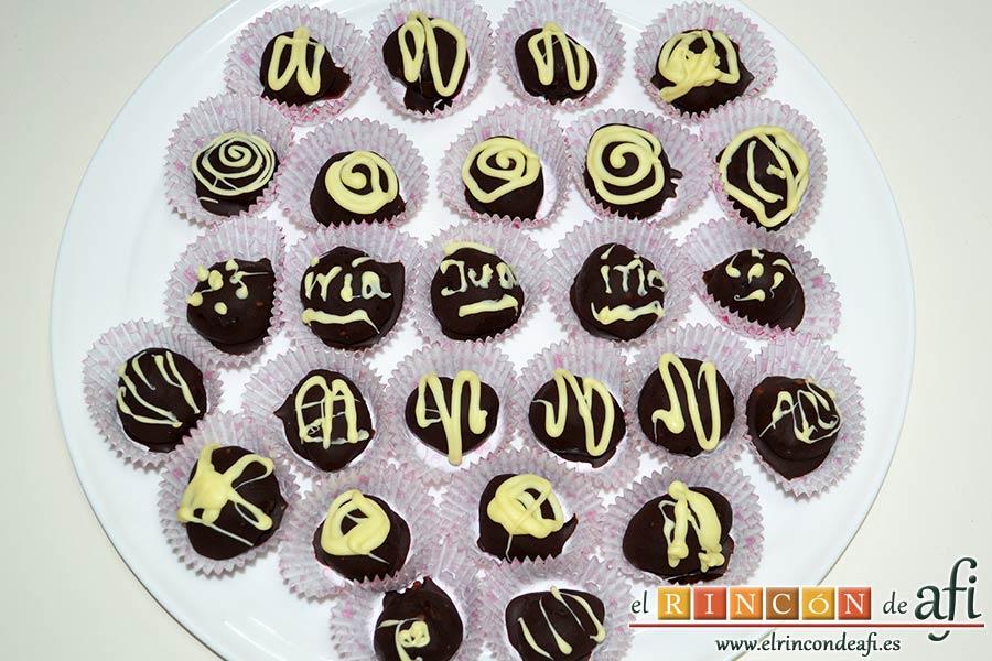 Trufas de chocolate con cobertura de chocolate, meter en la nevera