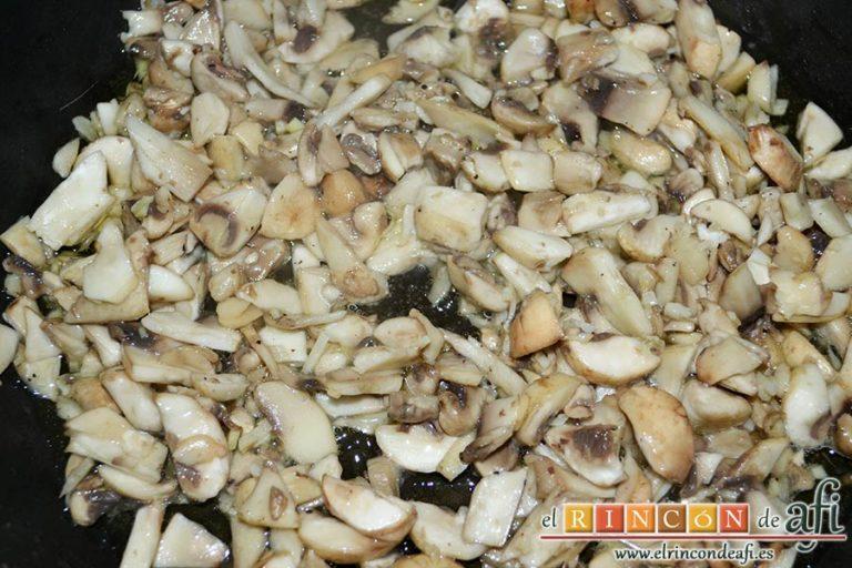 Arroz con salteado de champiñones al ajillo, dejarlos pochar