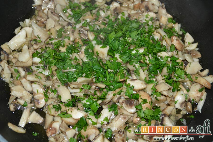 Arroz con salteado de champiñones al ajillo, añadir el perejil picado fresco