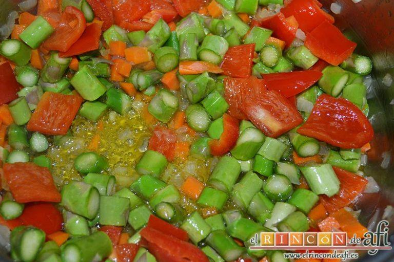 Arroz con verduras apto para vegetarianos, añadir los espárragos trigueros