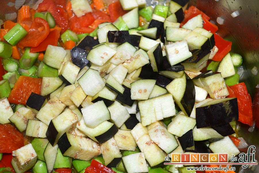 Arroz con verduras apto para vegetarianos, añadir las berenjenas