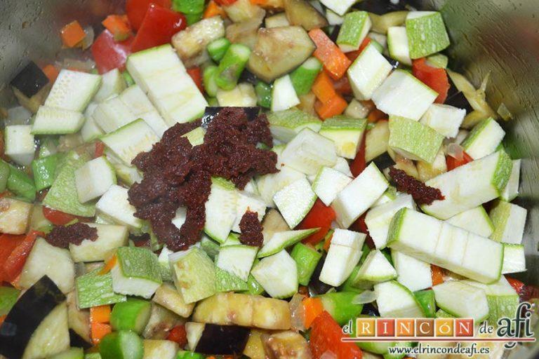 Arroz con verduras apto para vegetarianos, añadir el calabacín y la pulpa de tomate concentrado