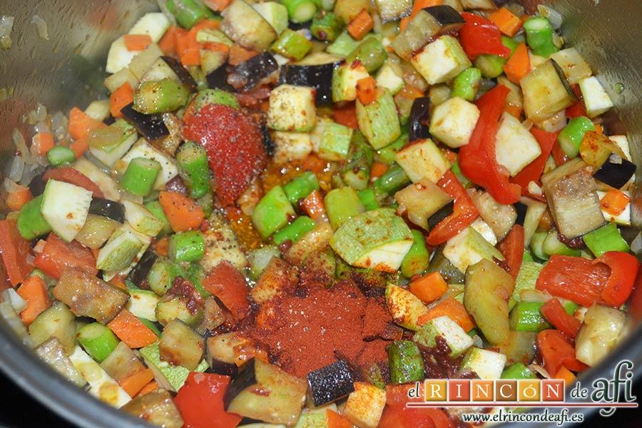 Arroz con verduras apto para vegetarianos, salpimentar y añadir el pimentón