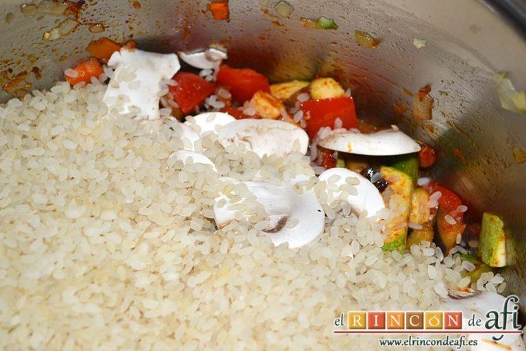 Arroz con verduras apto para vegetarianos, añadir el arroz
