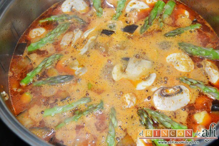 Arroz con verduras apto para vegetarianos, remover y cubrir con caldo de verduras