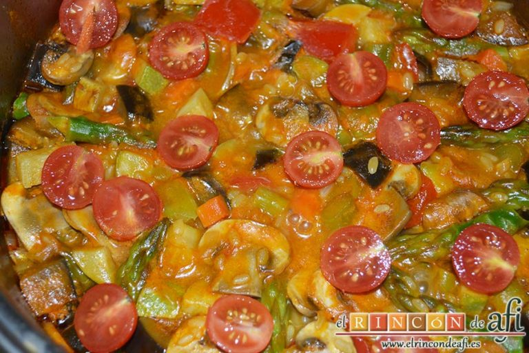 Arroz con verduras apto para vegetarianos, añadir los espárragos reservados