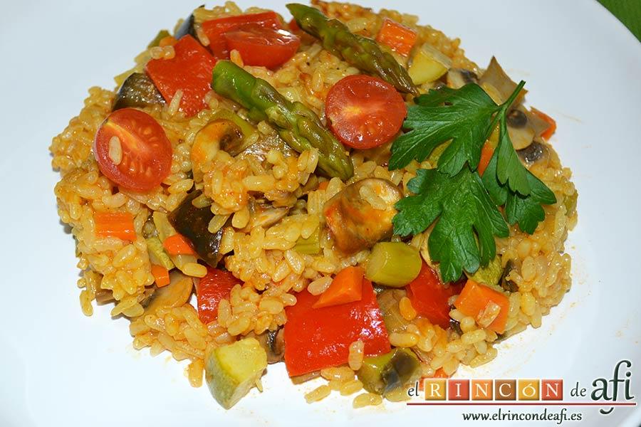 Arroz con verduras apto para vegetarianos, sugerencia de presentación