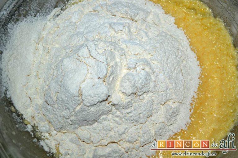 Bizcocho hormiguero, añadir la harina y la levadura tamizadas