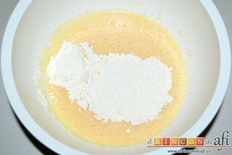 Bocados de yogur y manga, añadirla por tanda a la mezcla anterior