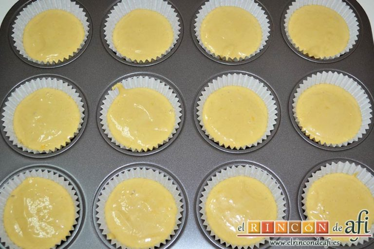 Bocados de yogur y manga, rellenar hasta las dos terceras partes los moldes