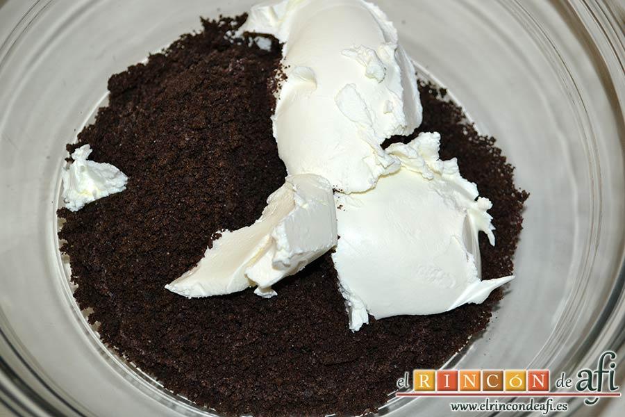 Bolitas de Oreo con queso crema rebozadas con chocolate blanco, añadir el queso crema