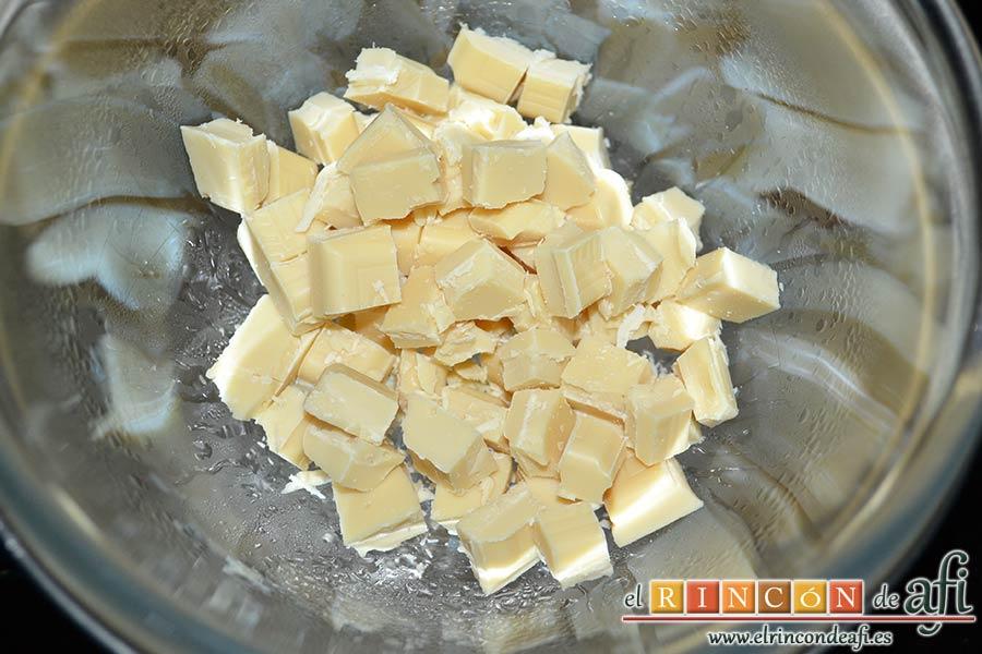 Bolitas de Oreo con queso crema rebozadas con chocolate blanco, trocear el chocolate blanco para fundirlo
