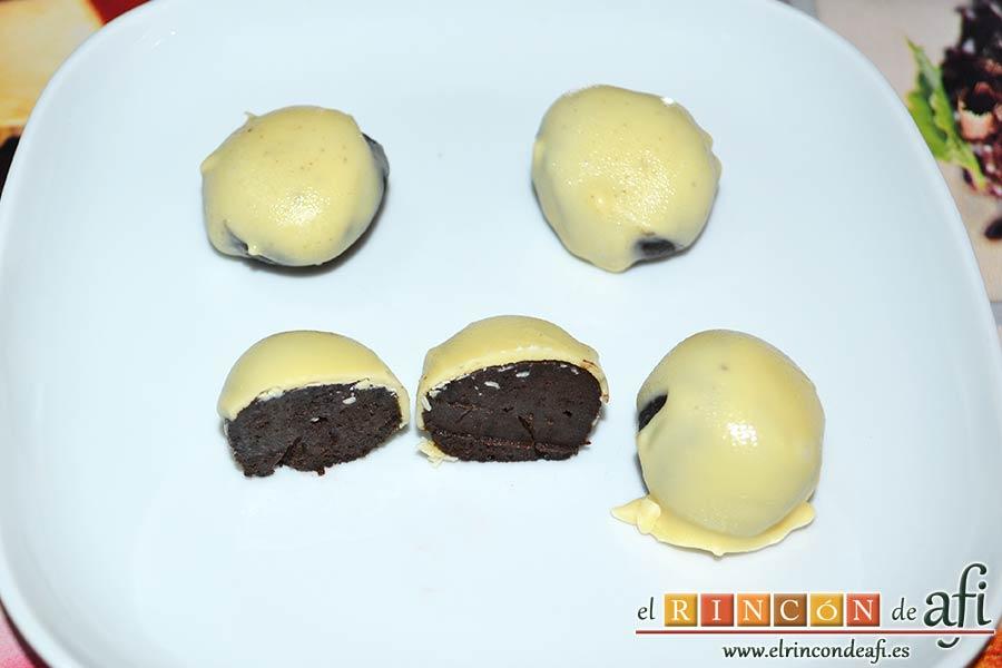 Bolitas de Oreo con queso crema rebozadas con chocolate blanco, sugerencia de presentación