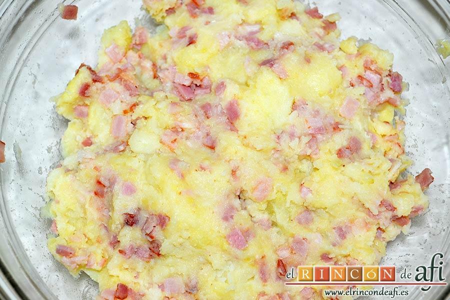 Bolitas de papas y bacon, mezclar bien con las manos hasta integrar