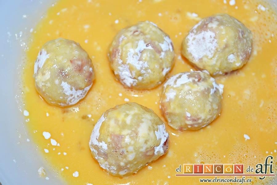 Bolitas de papas y bacon, pasarlas por huevo batido