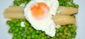 Espárragos con guisantes y huevos poché