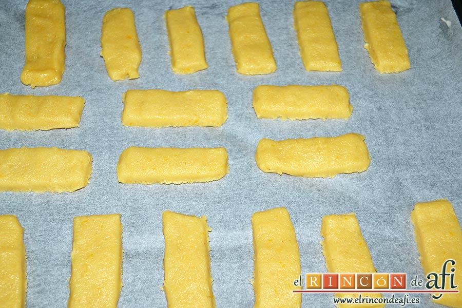Lenguas de gato de naranja, formar las lenguas y ponerlas en una bandeja con papel de horno