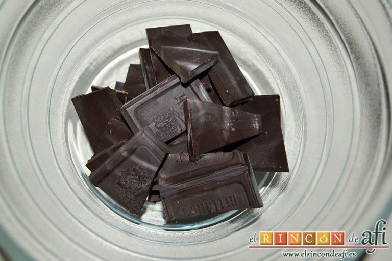 Lenguas de gato de naranja, trocear el chocolate negro y ponerlo en un bol