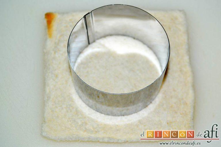 Mozzarella en carroza, aplanar el pan de molde y sacar círculos con un molde