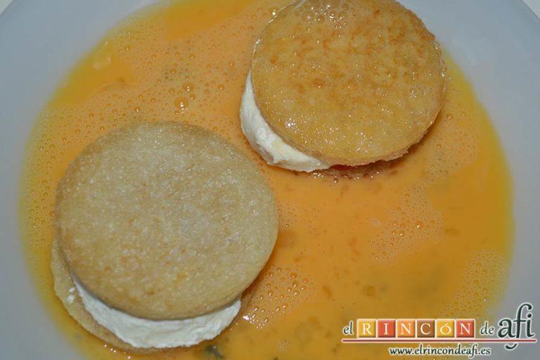 Mozzarella en carroza, pasarlos por huevo batido