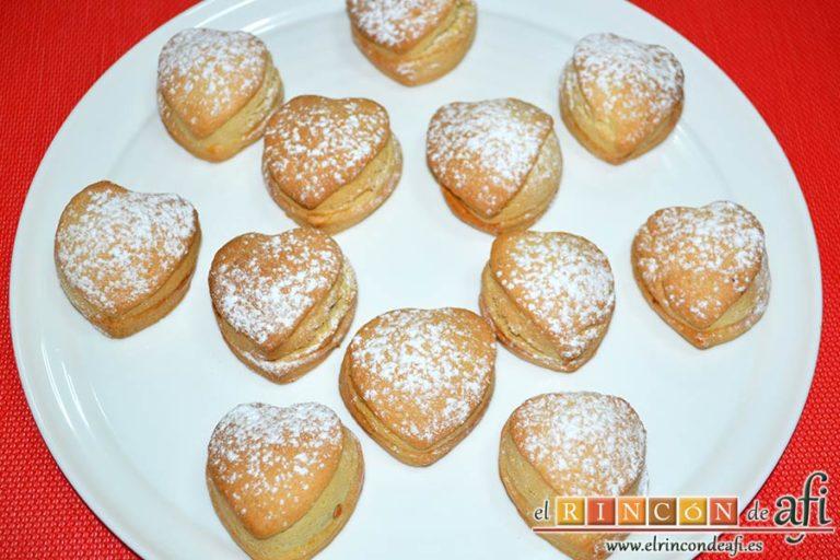 Pasteles rellenos de carne de membrillo, espolvorear con azúcar glass