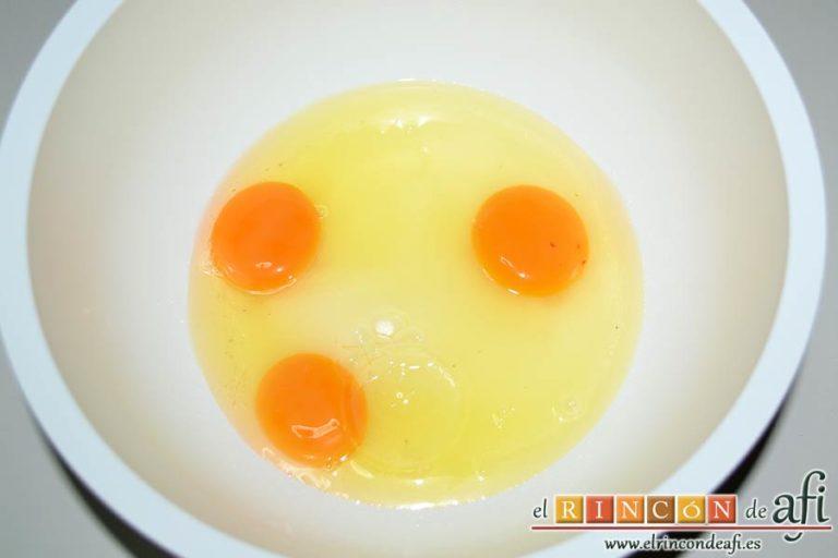 Quesada de manga, poner en un bol los huevos y el azúcar