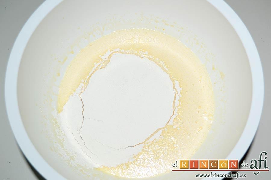 Quesada de manga, echar la harina tamizada