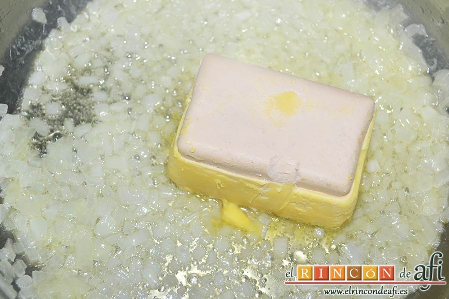 Solomillo de cerdo con salsa de paté, añadir el foie gras