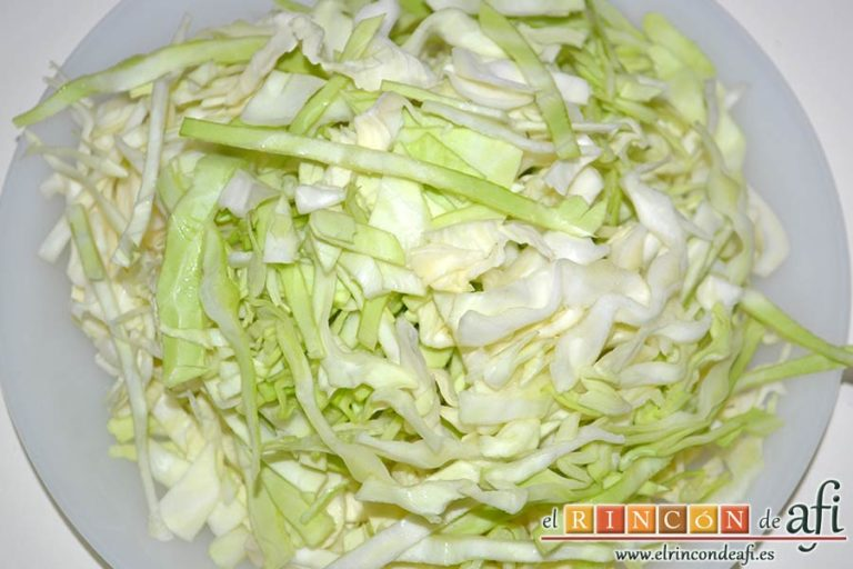 Sopa de col y tomate, cortar en juliana la col