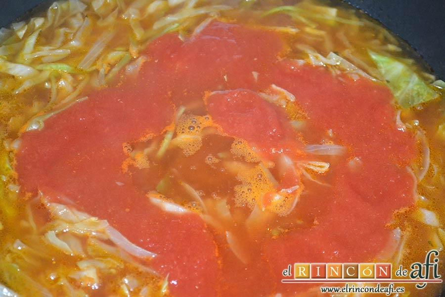 Sopa de col y tomate, añadir el tomate triturado