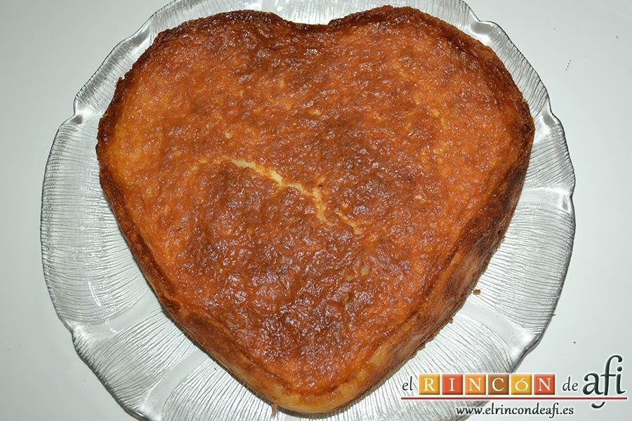 Tarta de queso con harina de fécula de maíz y mermelada de ciruelas rojas casera, desmoldar