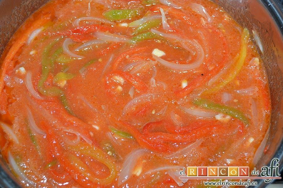 Pimentada, añadir al caldero el tomate triturado, remover bien