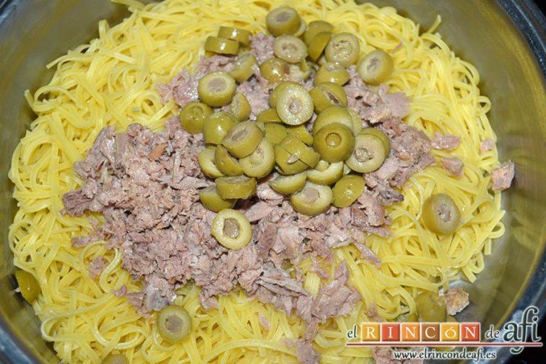 Espaguetis con atún y aceitunas, añadir las aceitunas y el atún