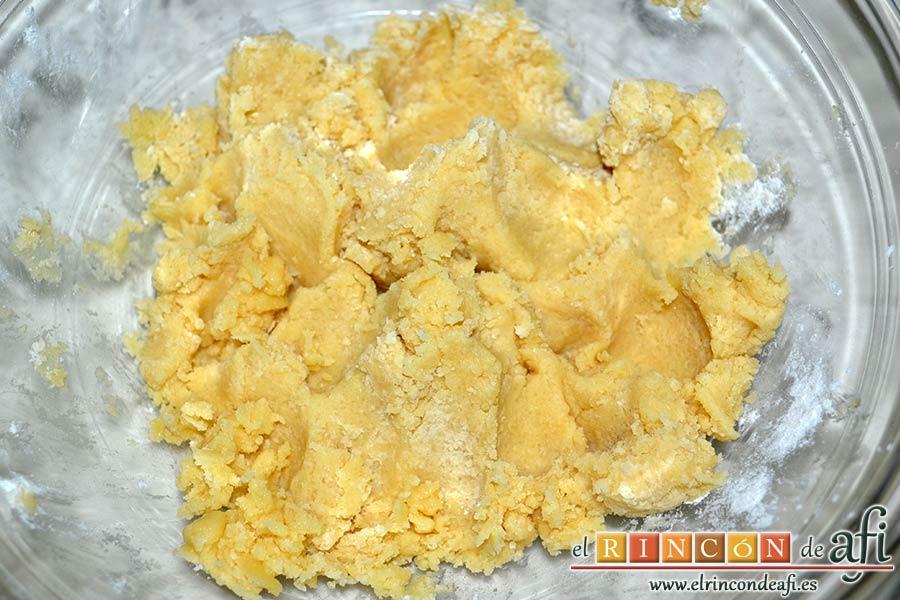 Galletas crujientes de mantequilla, añadir la mitad de la harina y amasar con las manos