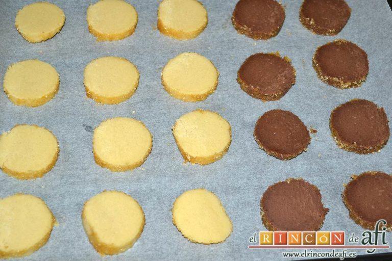 Galletas crujientes de mantequilla, cortar rodajas de ambos cilindros y disponerlas por la bandeja del horno