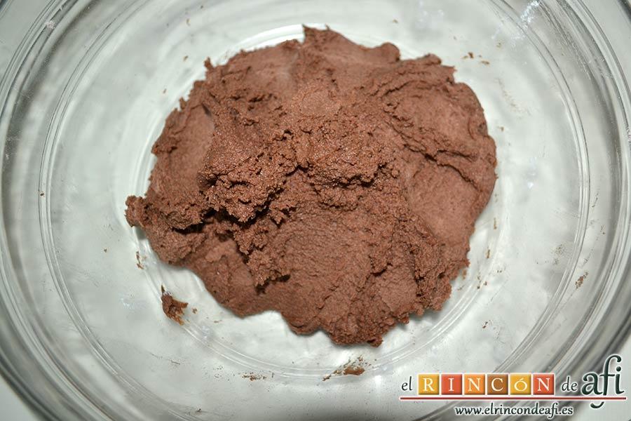Galletas de chocolate y mantequilla, mezclar hasta obtener una bola de masa