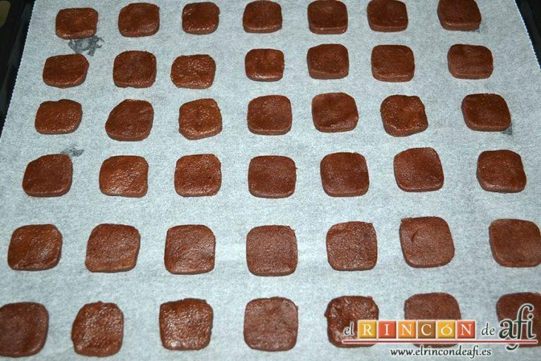 Galletas de chocolate y mantequilla, pasada una hora sacar de la nevera, hacer porciones y disponerlas en una bandeja sobre papel de horno