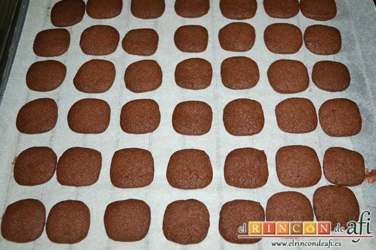Galletas de chocolate y mantequilla, dejar enfriar sobre rejilla