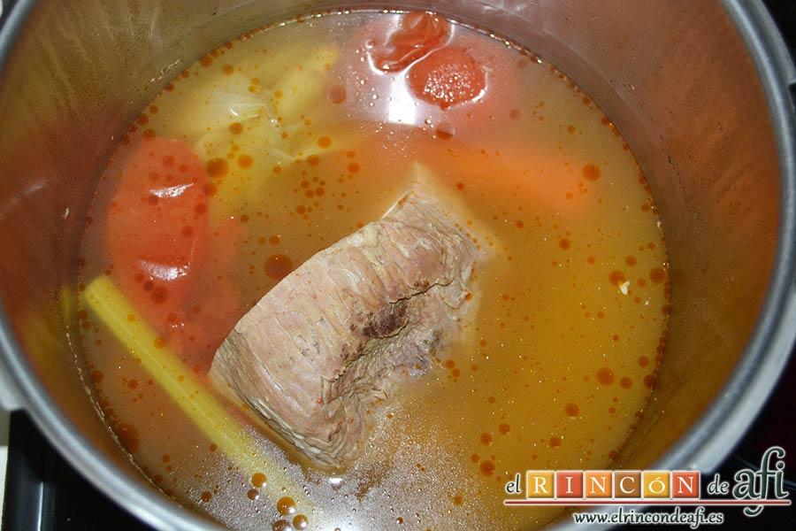 Vitello tonnato o redondo de ternera con mayonesa de atún, cocer y abrir la olla