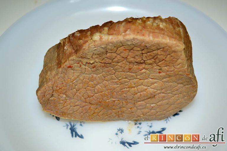 Vitello tonnato o redondo de ternera con mayonesa de atún, cuando la carne esté lista la reservamos en un plato