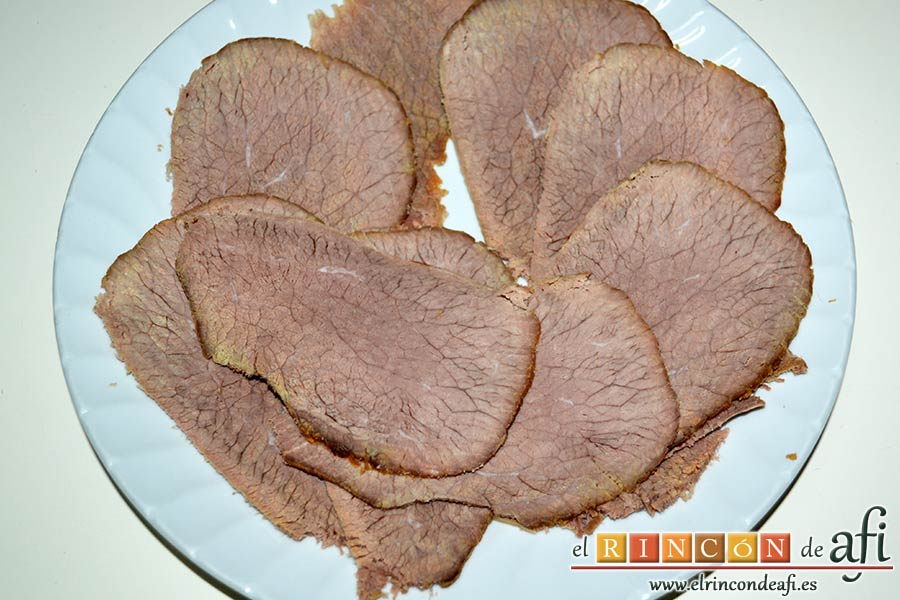Vitello tonnato o redondo de ternera con mayonesa de atún, cortar la carne en lonchas finas