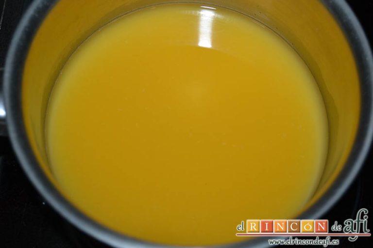 Crema de naranja en tulipa casera, poner en un cazo el zumo de naranja